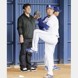 ブルペンで野茂氏(左)が見守る中、投球練習をする鈴木博(C)共同通信社