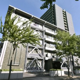 広島中央署、右奥は広島県警本部
