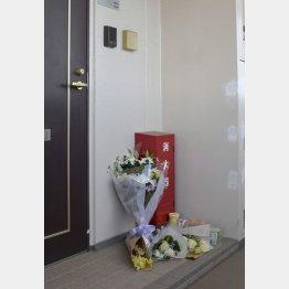 亡くなった栗原心愛さんの自宅前に手向けられた花束(C)共同通信社