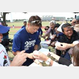 松坂はキャンプ地でサインに応じているが…(C)日刊ゲンダイ