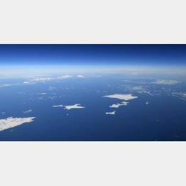 北方領土・海道・根室半島の納沙布岬(左下)沖に広がる北方領土。歯舞群島(中央)、色丹島(右上)、国後島(左奥)。はるか右奥にうっすらと択捉島が見える/(C)共同通信社