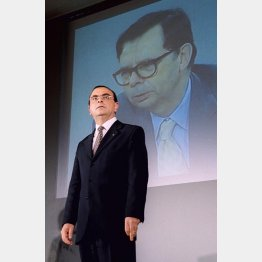 ルノーのゴーン前CEO(後方モニターはルノーのルイ・シュバイツァー名誉会長)/(C)共同通信社