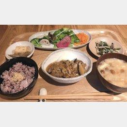 ド~ンと野菜もたっぷり(「おそうざいプレート」1300円)/(C)日刊ゲンダイ