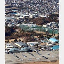 厚木基地に駐機する戦闘機(手前) 近くには住宅地が広がる(C)共同通信社