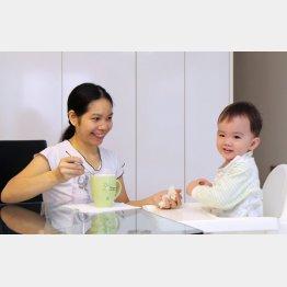 赤ちゃんに朝食を食べさせるフィリピン人家政婦(シンガポール)/(C)共同通信社