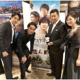 2018年マドリード国際映画祭で、柿崎ゆうじ監督や共演者たちと(提供写真)