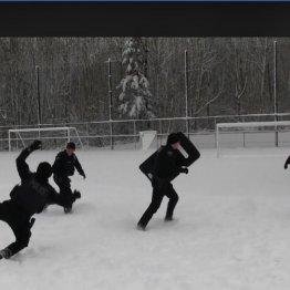 米警官隊vs子供たち ホッコリ雪合戦動画が世界中で大ウケ