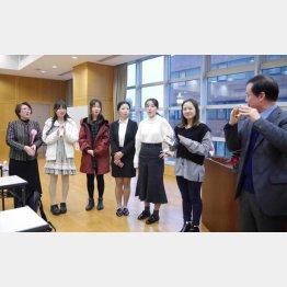 日本語スピーチの大会に出場する中国人留学生(C)新華社/共同通信イメージズ