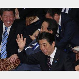 笑っている場合か(C)日刊ゲンダイ