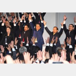 代わる受け皿がない…(10日、自民党大会での安倍首相)/(C)日刊ゲンダイ