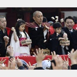 勸玄くん、麗禾ちゃんとともに成田山新勝寺の節分会で豆をまく市川海老蔵(C)共同通信社