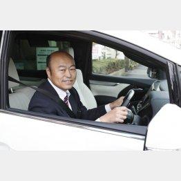 スーツを着込んで車に乗る佐野慈紀さん(C)日刊ゲンダイ