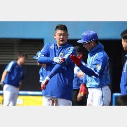 コーチと打撃フォームを確認する筒香(左)/(C)日刊ゲンダイ