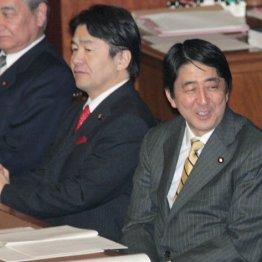総務大臣・郵政民営化担当時代の竹中平蔵氏(左から2人目)、内閣官房長官時代の安倍首相