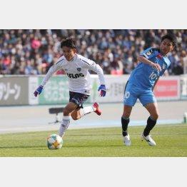 川崎選手をキリキリ舞いさせるMF久保(C)Norio ROKUKAWA/office La Strada