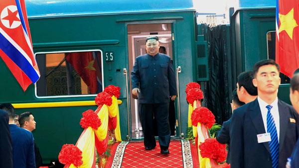ベトナム北部ドンダン駅に到着し、特別列車から姿を現した金正恩朝鮮労働党委員長(C)ロイター/VNA