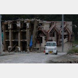 真横に横倒しになった4階建てのビル(宮城県女川町)/(C)日刊ゲンダイ