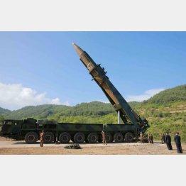 「火星14」の試射を視察する北朝鮮の金正恩朝鮮労働党委員長(右から2人目)。(C)朝鮮通信=共同