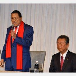 アントニオ猪木参院議員と自由党の小沢一郎代表(C)日刊ゲンダイ
