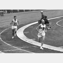 円谷(後方)は競技場でヒートリーに抜かれたが銅メダル(C)共同通信社