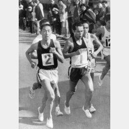 68年別府毎日マラソンで競り合う君原(ゼッケン2)と佐々木(同1)/(C)共同通信社