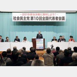 東京都内で開かれた社民党の全国代表者会議であいさつする又市党首(C)共同通信社