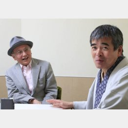 四代目三遊亭円歌(右)と吉川潮(C)日刊ゲンダイ