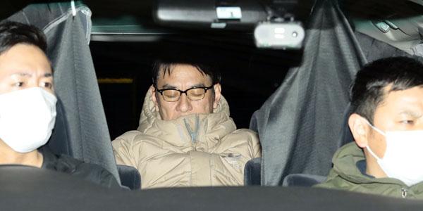 関東信越厚生局麻薬取締部が入るビルから移送されるピエール瀧容疑者(C)日刊ゲンダイ