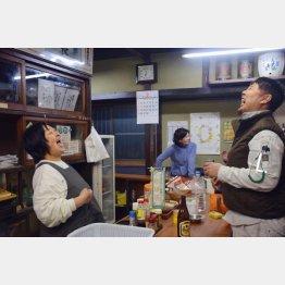 北九州市の観光パンフレットに掲載された角打ちができる酒屋「藤高酒店」(C)共同通信社