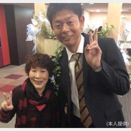 テレビ初共演の後に、原宿の母(菅野鈴子さん)と/(提供写真)
