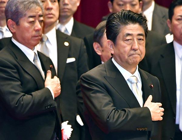 防衛大学校の卒業式に臨んだ安倍首相(C)日刊ゲンダイ