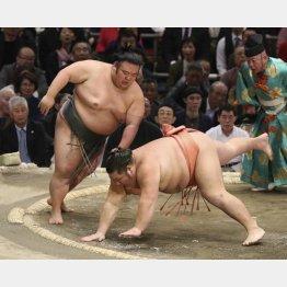貴景勝(左)と千代大龍(C)共同通信社