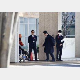 調査のため公立福生病院に入る日本透析医学会の調査委メンバー(右2)/(C)共同通信社