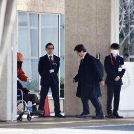 調査のため公立福生病院に入る日本透析医学会の調査委メンバー(右2)