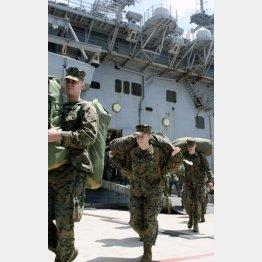 東日本大震災の被災地を支援する「トモダチ作戦」の任務を終え、沖縄に帰還した米海兵隊員(2011年4月、沖縄県うるま市のホワイトビーチ)/(C)共同通信社