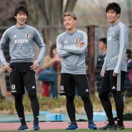 19日の代表練習で笑みを浮かべるFW鎌田(左)にMF堂安(央)とDF冨安