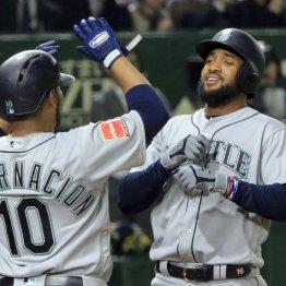 初戦に満塁本塁打を放ったサンタナ(右)