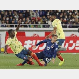 コロンビアの選手に潰されるMF香川(C)日刊ゲンダイ