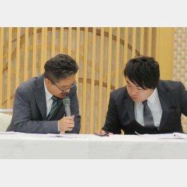 村松匠取締役(左)は会見でしどろもどろに(C)日刊ゲンダイ