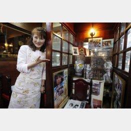 店内には西さんの数々の思い出が飾ってある(C)日刊ゲンダイ
