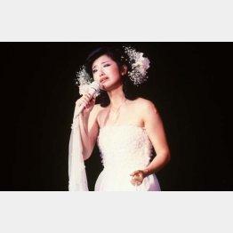 最後の曲「さよならの向う側」を、涙ながらに歌う山口百恵(C)共同通信社