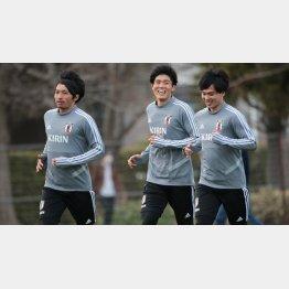 代表合宿中にMF南野(右)、MF柴崎(左)と笑顔で会話を交わすDF冨安(C)Norio ROKUKAWA/office La Strada