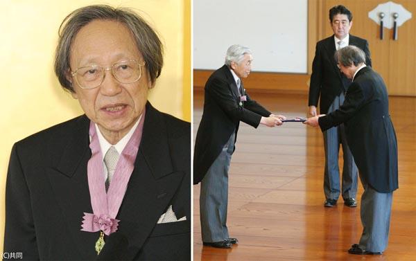 国学者の中西進氏は2013年に文化勲章を受賞(親授式で天皇陛下から勲章を受ける中西進さん、奥は安倍首相)/(代表撮影)