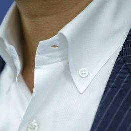 端正なノーネクタイには首元が開かない襟形のシャツが必要