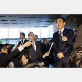 新元号発表の日、朝から報道陣に対応する安倍首相(C)共同通信社