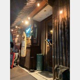 店先にはサーフボードが飾られ(C)日刊ゲンダイ