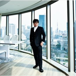 キャッシュで購入した港区の4億円タワマンの部屋でポーズ(提供)扶桑社