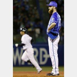 八回、雄平(左)に同点本塁打を浴びたパットン/(C)共同通信社