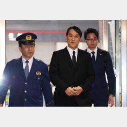 保釈され、東京湾岸署から出てきたピエール瀧被告(C)日刊ゲンダイ