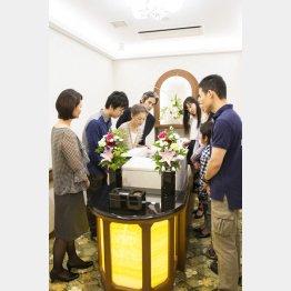 棺が自動的に運ばれてくる(写真提供)ラステル新横浜